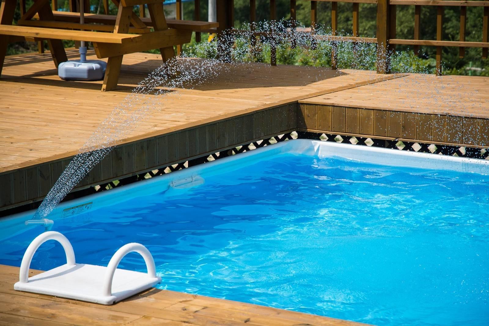 Construction D Une Piscine construction d'une terrasse en bois autour d'une piscine à